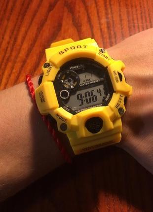 Желтые спортивные часы