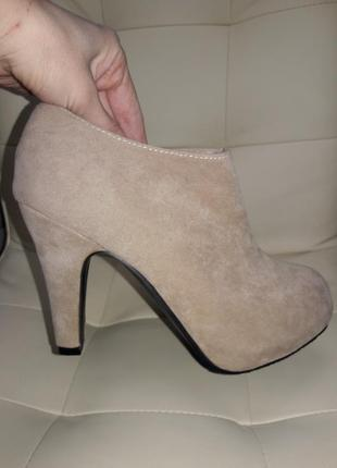 Бежевые кожаные ботильёны высокие туфли
