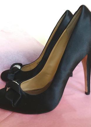 Атласные вечерние туфли на каблуке от badgley mishka