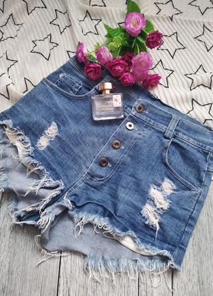 Трендовые джинсовые шорты с пуговицами и необработанным краем