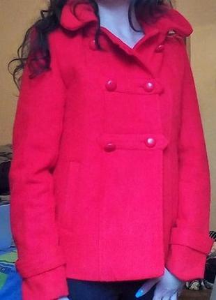 Красное короткое пальто