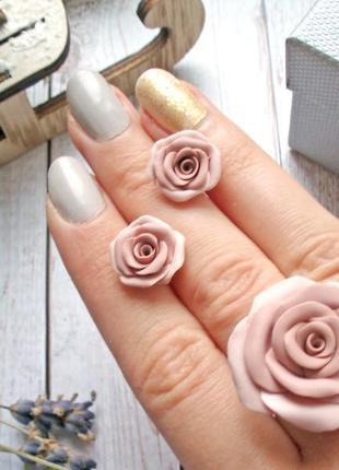 Комплект украшений кольцо серьги гвоздики розы нюд беж.