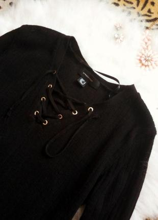 Черная кофточка с завязками шнуровка на вырезе декольте в рубчик джемпер
