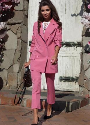 Розовый брючный костюм удлиненный двубортный пиджак