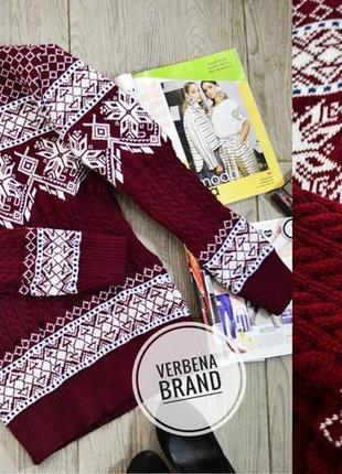 Теплый красивый свитер в скандинавском стиле