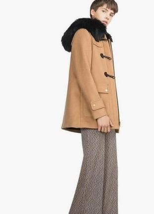 Шерстяное пальто цвета camel с меховым капюшоном