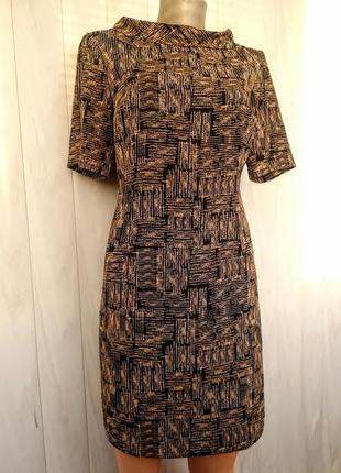 Платье с итересным воротничком.