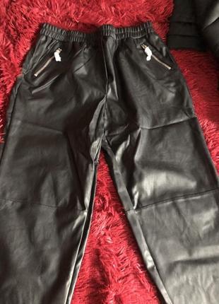 Суженные книзу брюки из искусственной кожи4 фото