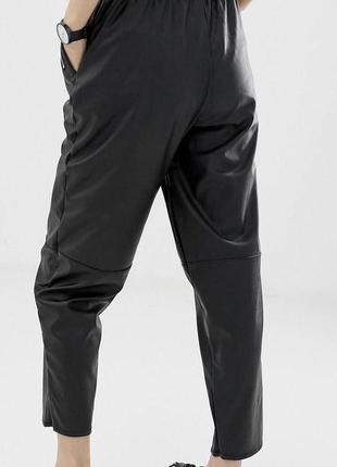 Суженные книзу брюки из искусственной кожи