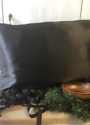 Черная атласная наволочка прямоугольная с карманом