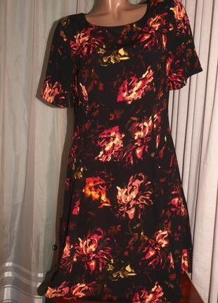 Шикарное платье (м-л замеры) с узором, очень красивое отлично смотрится