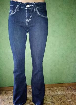 Красивые стильные синие джинсы