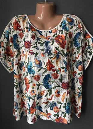 Плиссированная футболка с вырезом на плечах