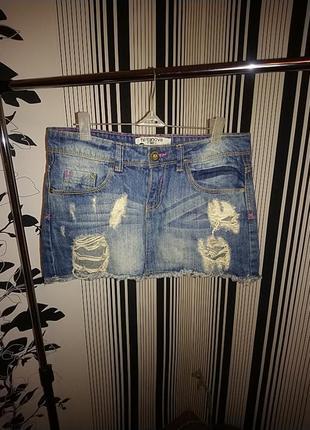 Джинсовая юбка с потертостями и дырками