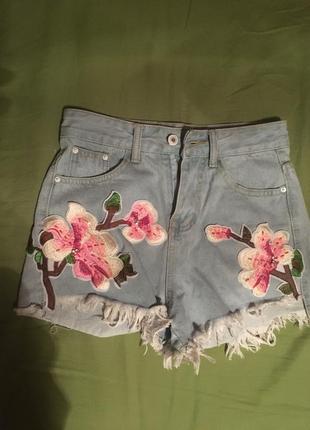 Короткие джинсовые шорты на высокой посадке