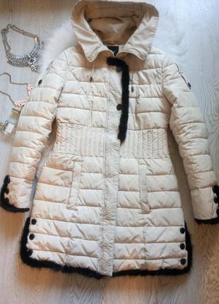Светлый длинный пуховик зимняя куртка с черным натуральным мехом капюшоном поясом