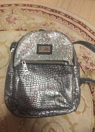 Красивый модный рюкзак
