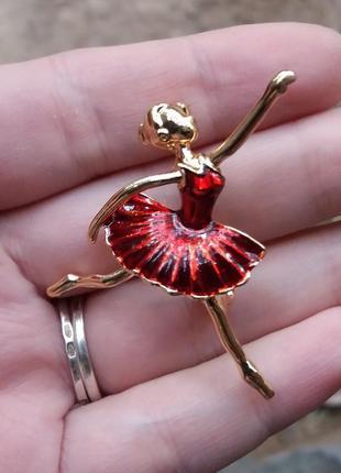 Брошь балерина красная