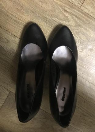 Черные туфли на среднем каблуке