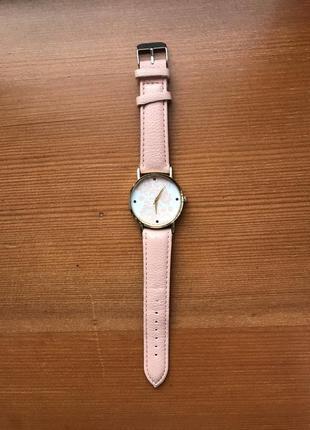 Женские наручные часы розового персикового цвета на кожаном ремешке