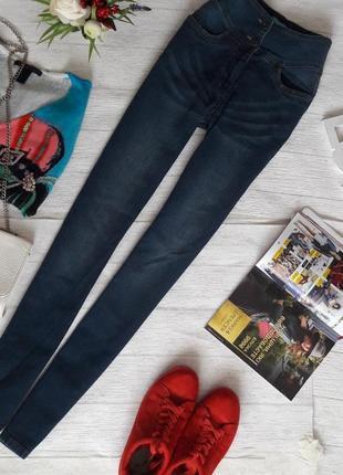 Стильные джинсы skinny на высокой талии.