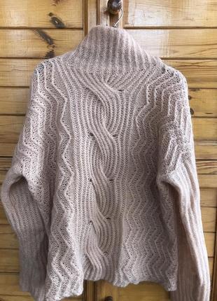 Стильный нюдовый мохеровый свитер с косами