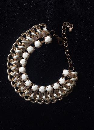Золотистий браслет с нежными белыми камнями.
