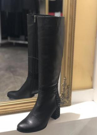 Черные демисезонные сапоги на небольшом (низком) каблуке с натуральной кожи
