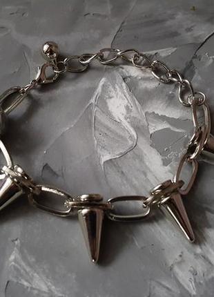 Браслет с шипами серебряного цвета стильный яркий
