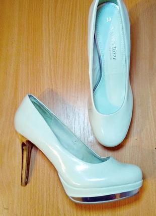 Туфли-лодочки цвета белого перламутра на высоком каблуке/шпильке