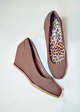Суперудобные туфли-лодочки цвета ореха  с леопардовой стелькой на танкетке