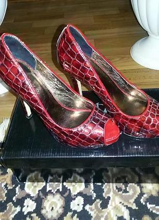 Туфли красные.высокий каблук.открытые пальцы. туфлі червоні