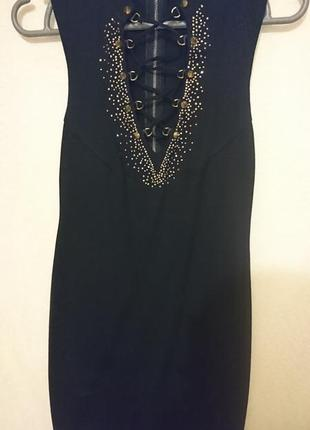 Оригинальное черное платье со стразами и шипами