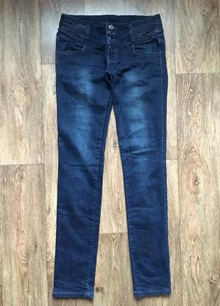 Темно синие джинсы штаны
