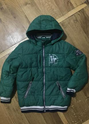 Зимняя зеленая куртка на мальчика в хорошем состоянии синтепон 140см
