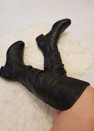 Кожаные черные сапоги по колено