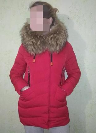 Красный пуховик
