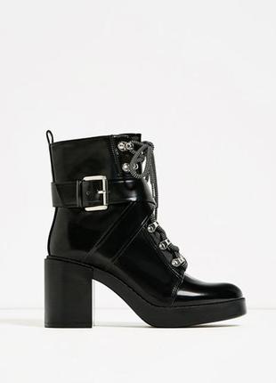 Ботинки на шнуровке и устойчивом каблуке