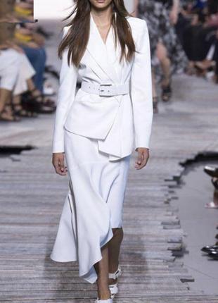 Стильный белый костюм из подиума