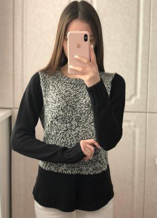 Черно-белый теплый свитер