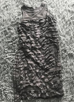 Серое платье в рюши
