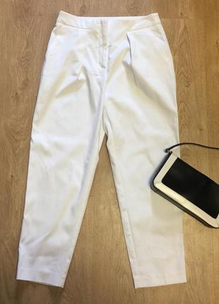 Белые зауженные укорочённые брюки с карманами размер 10