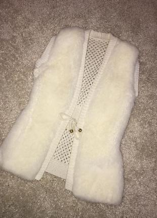 Нежная стильная жилетка с мехом