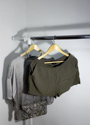 Свободные шорты цвета хаки