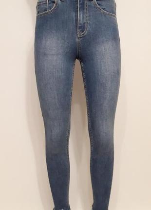 Стильные джинсы-скини с необработанным краем