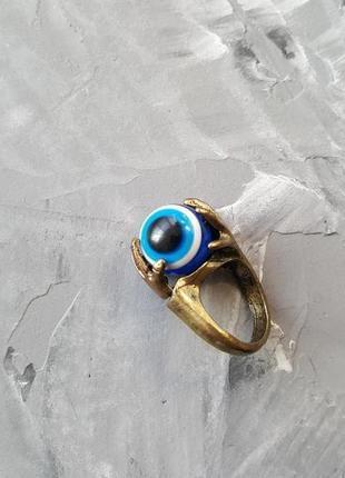 Большое объемное кольцо с глазом с руках синее от сглаза оберег крутится