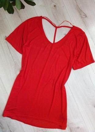 Красная футболка оригинальной спинкой