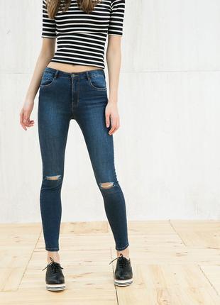 Новые джинсы bershka  с высокой талией и дырками на коленях