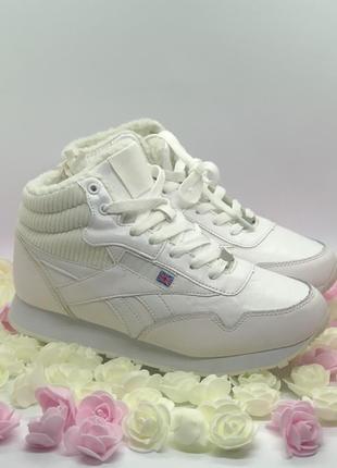 Белые зимние кроссовки