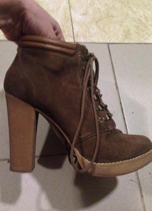 Женские демисезонные ботинки коричневые под замш на шнуровке.